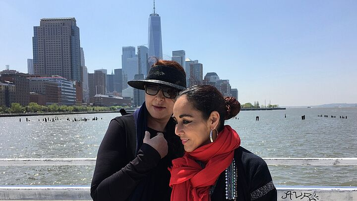 "Marina Abramovic und Shirin Neshat bei Dreharbeiten von ""Body of Truth"" in New York City"